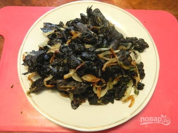 4. Добавим соль по вкусу, перец. Перемешиваем грибную начинку и убираем с огня. Перекладываем на тарелку, пусть остывает.