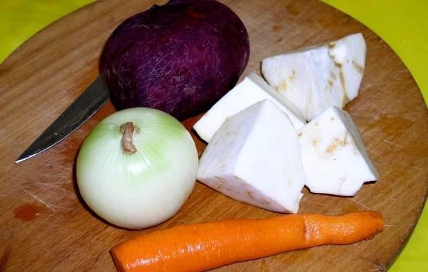 Овощи чистим и крупно режем.