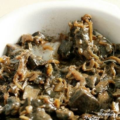 Поверх рыбы выкладываем обжаренные грибы с луком.