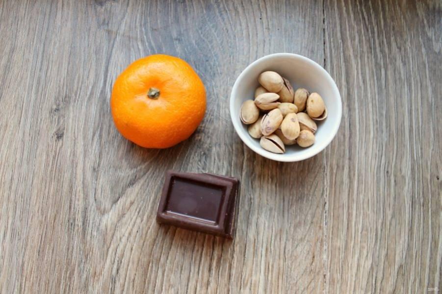 Подготовьте все ингредиенты для приготовления мандариновых долек в шоколаде.