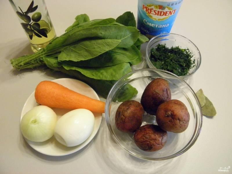 """Приготовьте продукты для супа. Щавелевые щи нуждаются в большом количестве зелени, не только щавель используется, но и укроп, петрушка, можно зеленый лук добавить. Отварите яйцо до состояния """"вкрутую""""."""