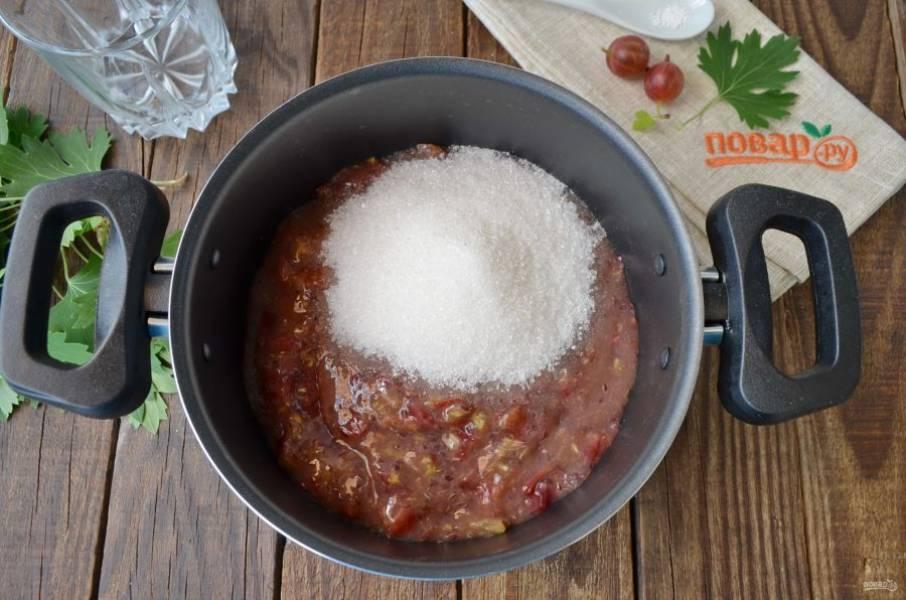 Перелейте крыжовниковую массу в кастрюльку, лучше антипригарную. Добавьте сахар, перемешайте деревянной лопаткой.