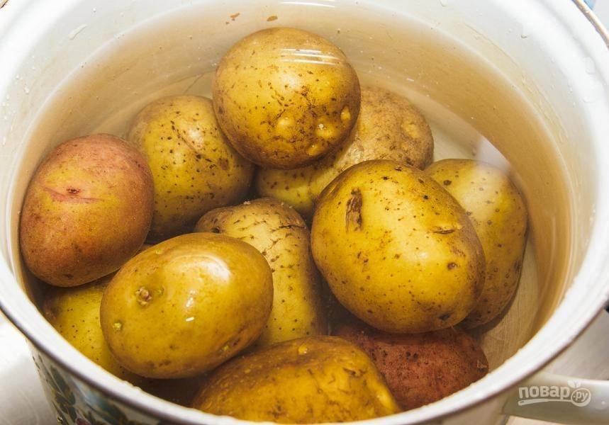 Картофель промойте и отварите в воде до готовности. Затем остудите и очистите.