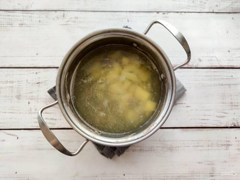 Картофель почистите, нарежьте небольшими кусочками, добавьте к куриным сердечкам и варите 15-20 минут.
