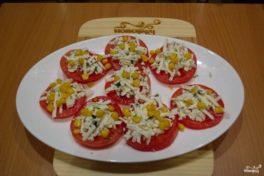 Украсьте готовые помидоры кукурузой.