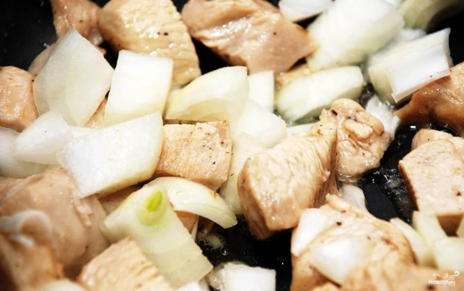 2.Филе нарезаем на кусочки небольшого размера, сковороду ставим на огонь, наливаем подсолнечного масла и отправляем туда курицу. Луковицу мелко режем и отправляем на сковороду, когда подрумянилось филе.