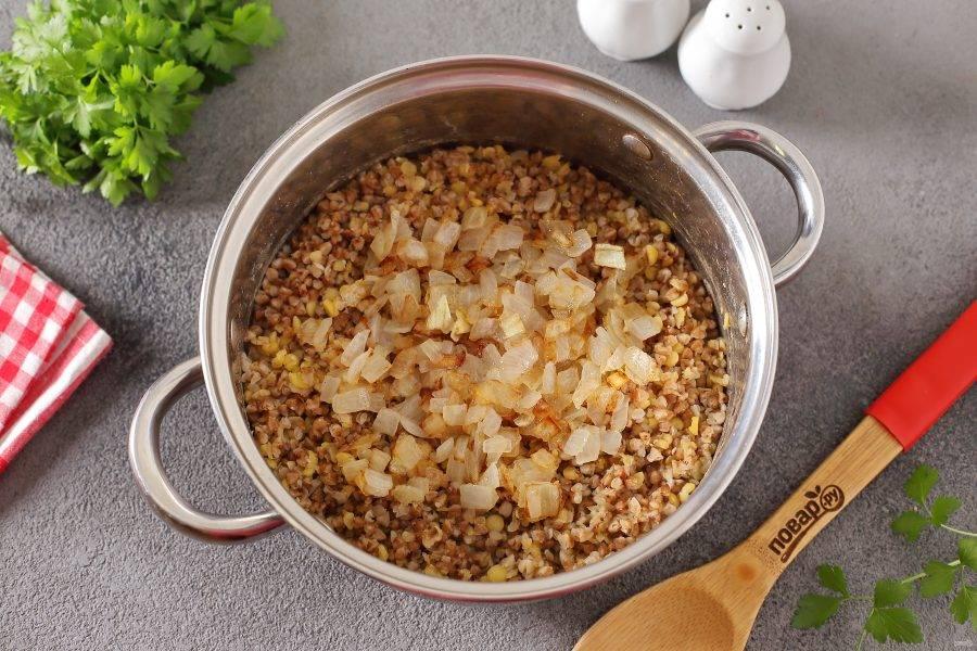Добавьте обжаренный лук и перец по вкусу.