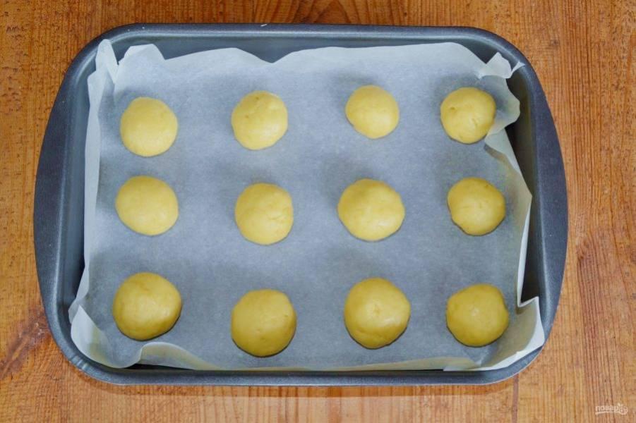 Выложите печенье в форму, застеленную пергаментом. Запекайте около 15 минут.