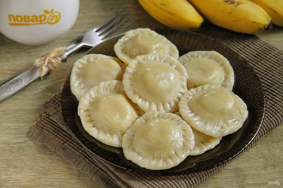 Подавайте вареники с растительным или сливочным маслом. Приятного аппетита!