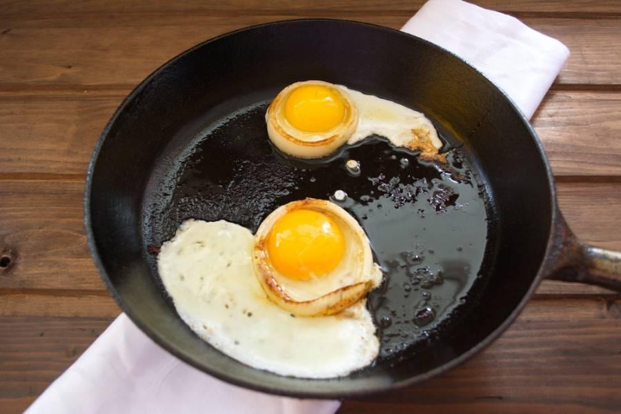 Отделяем белок яйца от желтка. Не разбейте желток. Перенесите желток в полость лука. Пустоту заполните белком. Если белок подтечет- ничего страшного. Мы его удалим.