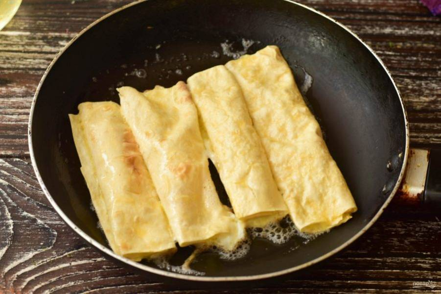 В сковороде нагрейте растительное масло. Выложите подготовленные трубочки.