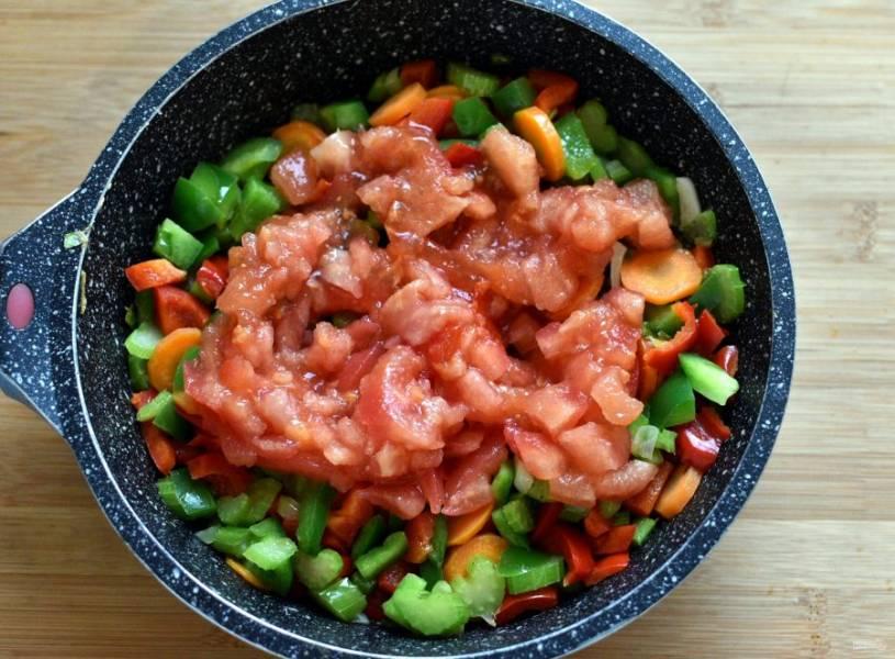 Добавьте очищенные от кожицы спелые помидоры, нарезанные кубиками. Тушите до размягчения помидоров.