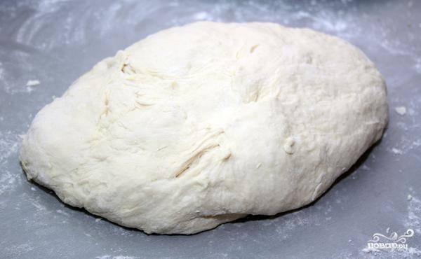 Месим из получившейся смеси тесто. Тесто должно получиться весьма мягким, оно должно не прилипать к рукам.