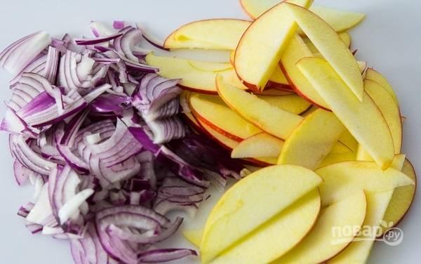 4. Нарежьте тонкими полукольцами лук и ломтиками яблоко, предварительно очистив от сердцевины. Орешки подсушите на сковороде.
