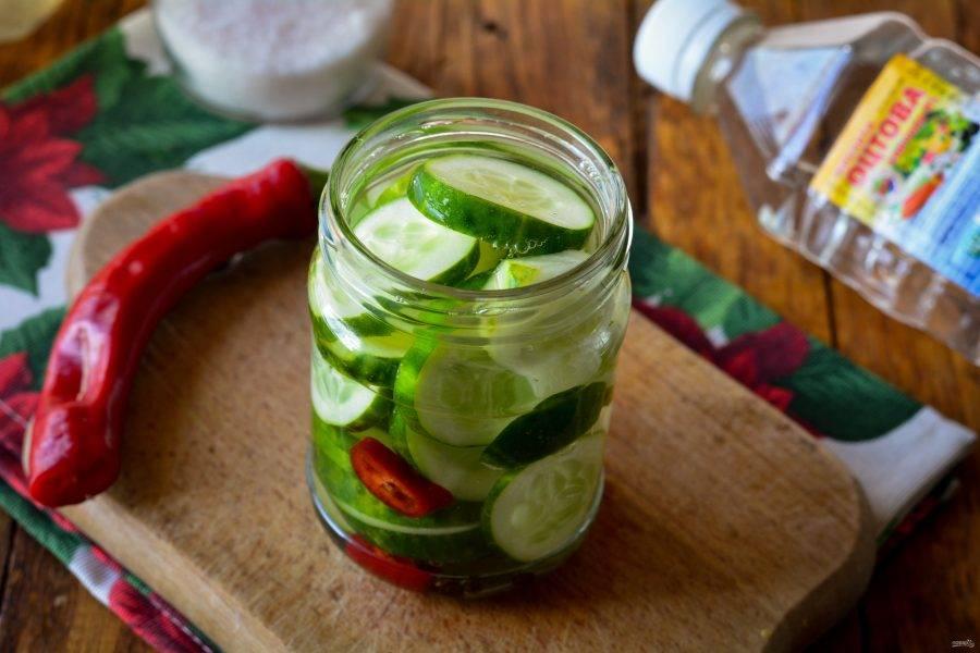 Залейте салат горячим маринадом.