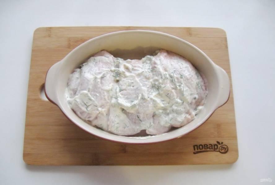 После выложите курицу в маринаде в форму для выпекания.