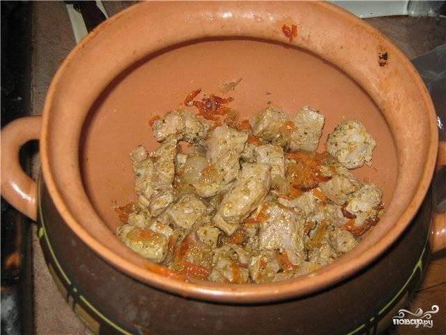 Мы готовим 5 горшочков, поэтому раскладываем содержимое сковородки по всем горшочкам. Солим, перчим и добавляем кетчуп.
