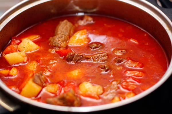 Все тушим на среднем огне до полной готовности картофеля. Затем убираем огонь, накрываем крышкой и даем блюду немного настояться. Приятного аппетита!