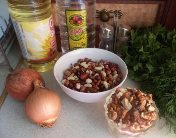 1. Мы готовили лобио по-разному: в мультиварке, с томатами и пряностями и т.д. Лобио по-азербайджански в домашних условиях практически ничем не отличается от традиционного. Разница только в том, что в данном случае нужно использовать больше зелени (кроме кинзы, еще петрушка и укроп) и кавказских пряностей.