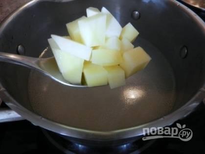 Рыбный бульон процеживаем, добавляем туда соль, картошку и обжаренные овощи. Варим минут 10-15 до готовности картошки.