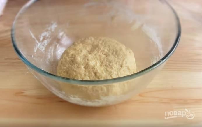 2. Смажьте руки растительным маслом, завершите месить тесто и оставьте его на 10 минут.