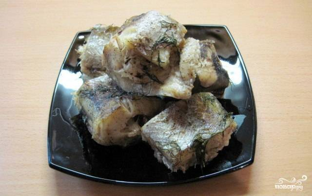 Затем рыбу выкладываем на блюдо и подаем к столу. Лучше всего минтай в фольге сочетается с картофельным пюре и свежими овощами. Желаю приятного аппетита!