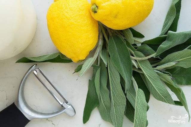 1. Смешаем размягченное сливочное масло, оливковое масло, сок и цедру лимона, а также специи. Этой смесью натираем мясо, и пусть хотя бы час постоит при комнатной температуре.