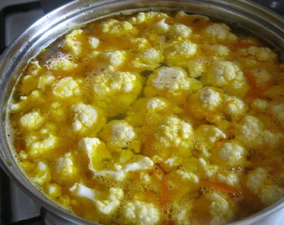 3. Капусту делим на соцветия, добавим в суп. Для  красивого вида я еще добавляю горсть консервированной кукурузы, но это не обязательно. Сюда же - зелень по вкусу и специи.