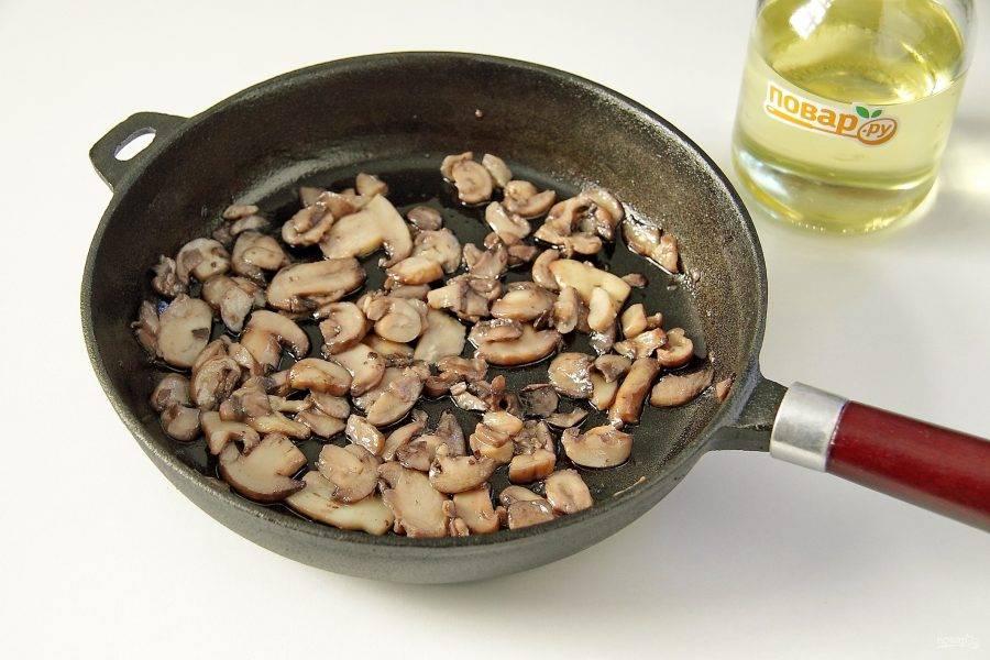 Грибы обжарьте на 1 ст. л. масла до испарения жидкости. Добавьте оставшееся масло и прогрейте все вместе около минуты. В конце добавьте соль по вкусу.