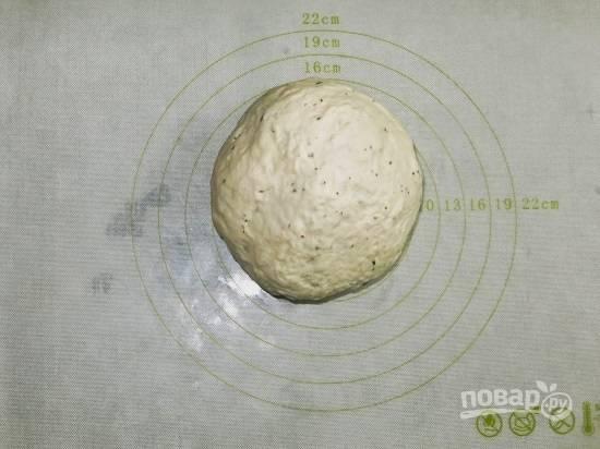 И вымешиваем гладкое и мягкое тесто. Очень удобно пользоваться силиконовым ковриком, на котором пиццу можно будет выпекать.