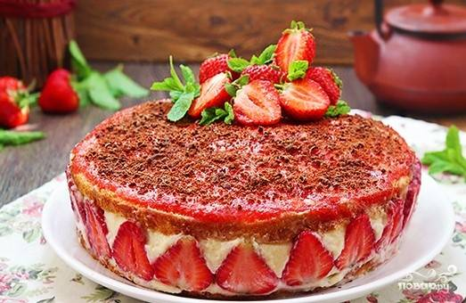 15. Кремовую верхушку аккуратно полейте ложкой клубничным пюре. Поставьте торт в холодильник на всю ночь. Теперь, когда вы знаете, как приготовить торт на последний звонок, приглашайте своих друзей и весело отпразднуйте это событие.
