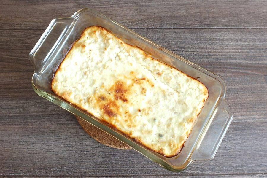 По истечении времени достаньте запеканку из духовки. Проверьте готовность. При нажатии на неё, она должна быть упругой. Готовую запеканку охладите до комнатной температуры.