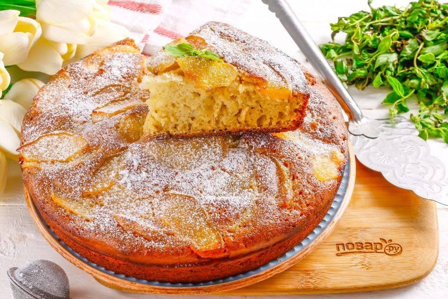 Присыпьте пирог сахарной пудрой и подайте его к столу , нарезав на части.