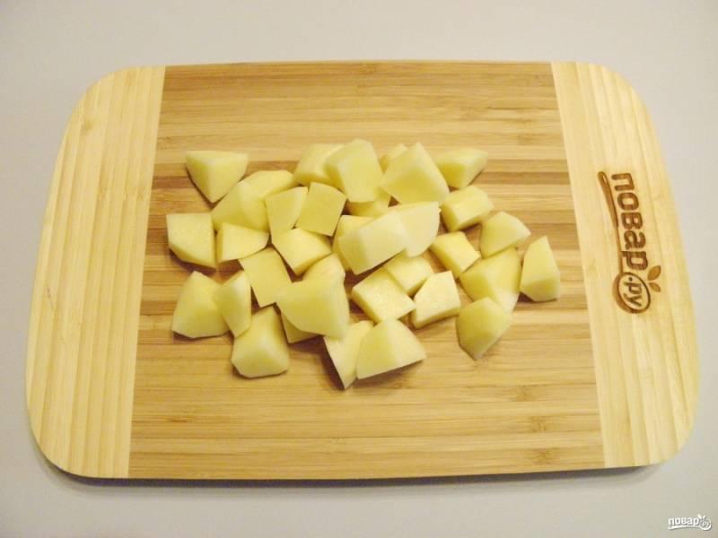 Порежьте некрупно картофель.