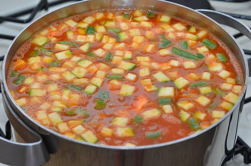 Затем разбавляем суп кипятком так, чтобы у нас получилась почти полная кастрюля. Солим и перчим суп, варим 10 минут.