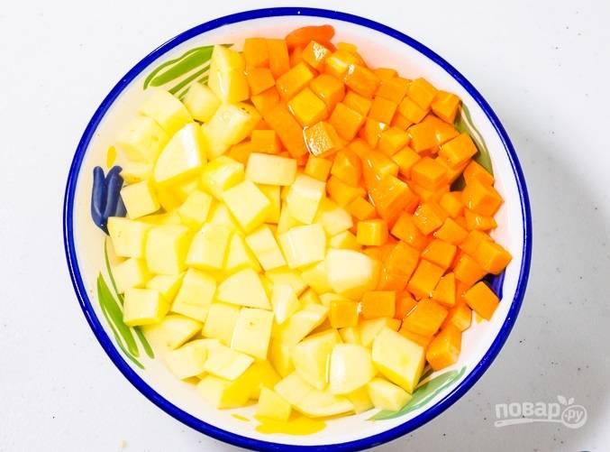 Морковь с картофелем замочите в холодной воде.
