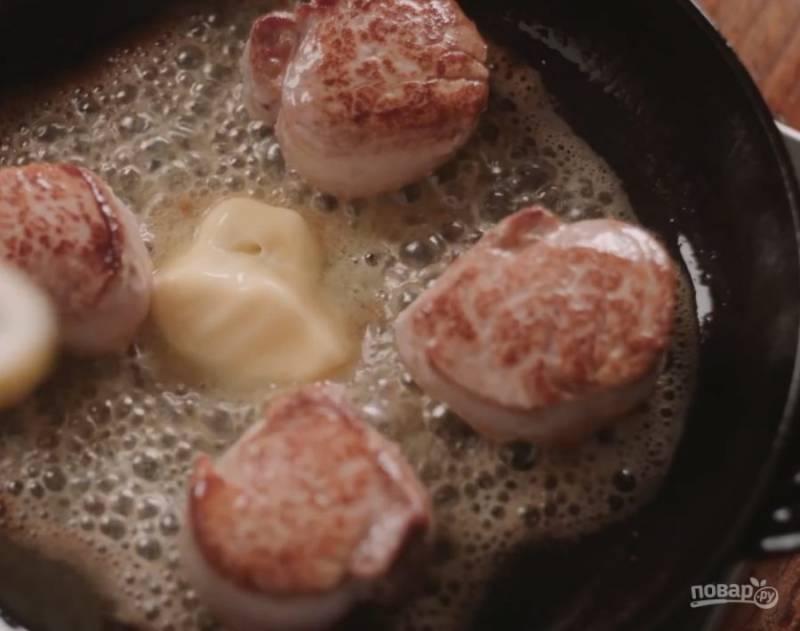 В сковороду положите сливочное масло.