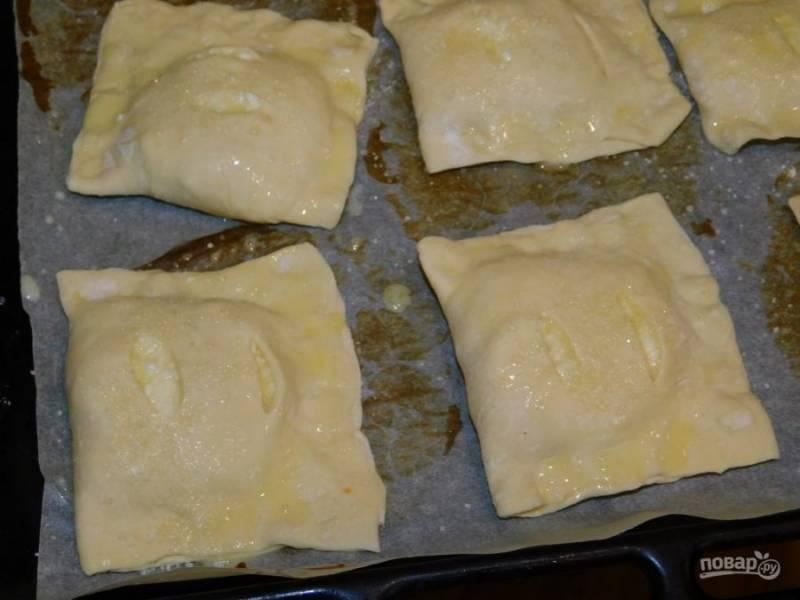 Смажьте верх слоек желтком и посыпьте сахаром. Поставьте в духовку, разогретую до 190 градусов на 20-30 минут.