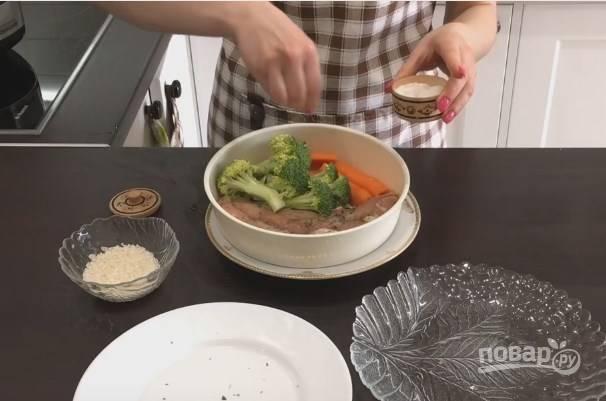 4. Выложите овощи и грудку в посуду для приготовления на пару и посолите овощи.