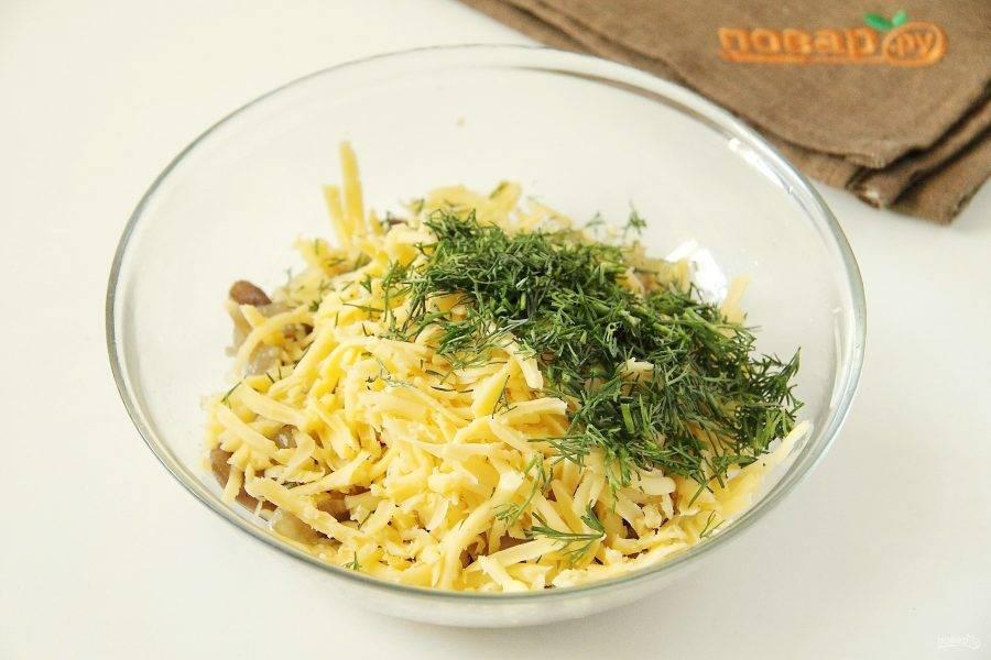 Добавьте тертый сыр и любую свежую зелень. Посолите по вкусу и перемешайте.