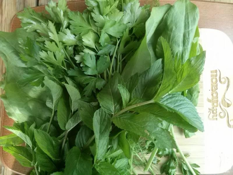 Хорошо промойте зелень в холодной воде, после чего дайте стечь лишней жидкости. Отварите рис, воду не сливайте.