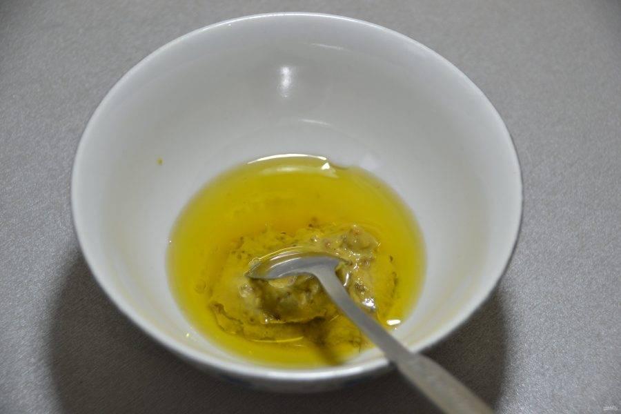 Добавьте в соус оливковое масло.
