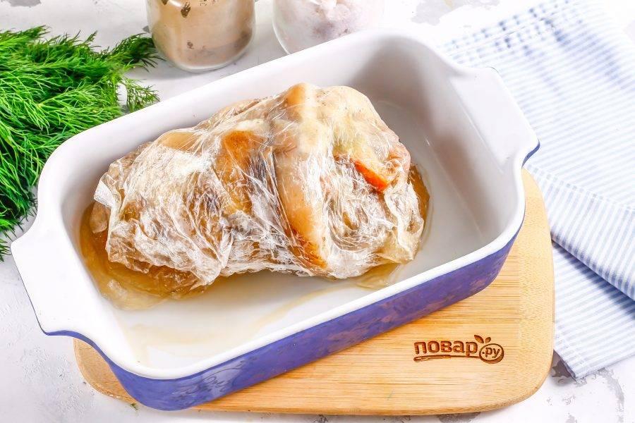 Затем извлеките ее из бульона, выложите в форму или в глубокое блюдо, поместите на нее гнет и остудите. Оставьте примерно на 3-6 часов на холоде.