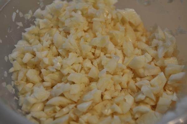 1. Чеснок очистить и нарезать кубиками, но не очень мелкими. В этом блюде он должен ощущаться, так что если вы любите чеснок, то смело можно добавить его больше.