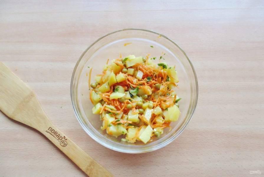 Салат заправьте растительным маслом, посолите и перемешайте.