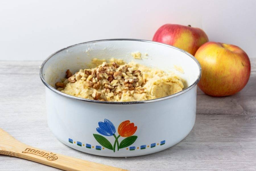 Когда тесто будет готово, добавьте рубленные орехи и перемешайте.