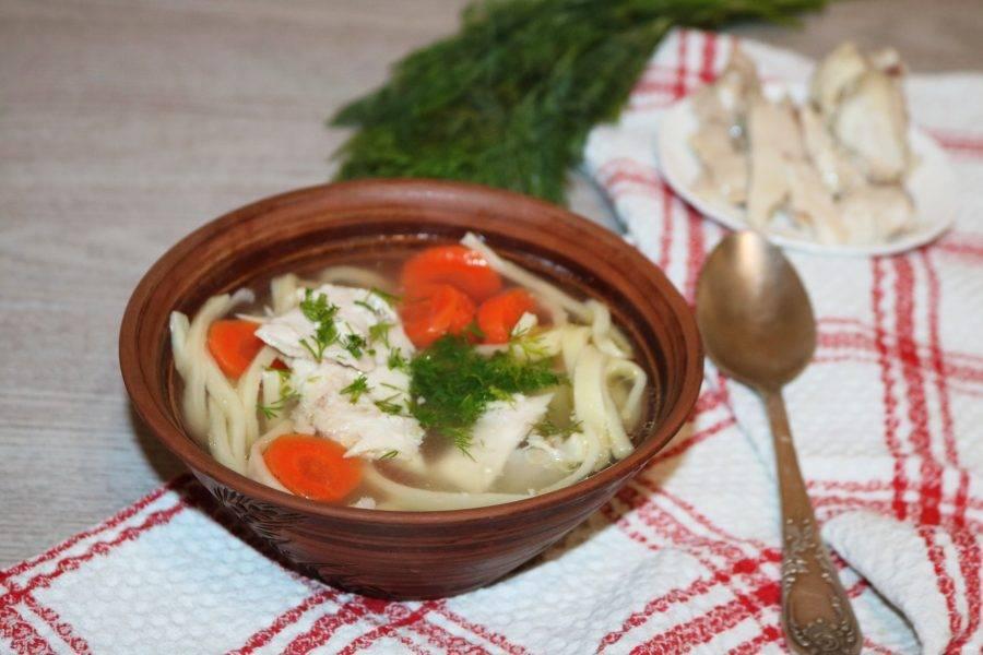 Если токмач приготовлен для семейного обеда, то его просто разливают по тарелкам. Но если блюдо приготовлено для гостей, сначала по тарелкам разливают бульон с лапшой, а мясо и картофель с морковью подают на отдельном блюде. Причём, сначала выкладывают овощи, а на них – куски мяса. Каждый набирает себе сколько считает нужным. Приятного аппетита!
