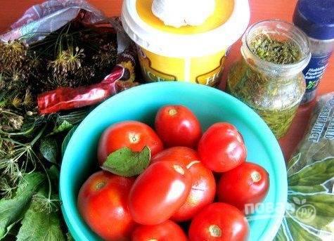"""1. В нашей семье очень любят малосольные помидорчики. Мне удалось раздобыть рецепт малосольных помидоров, которые готовятся за сутки. Нам понадобятся крепкие томаты (хорошо подходит сорт """"сливка""""), вода, соль, сахар, горчица и специи."""