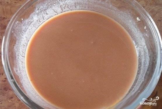 В миске смешать томатную пасту, сметану, соль, перец. Добавить кипяченую воду. Хорошо размешать.