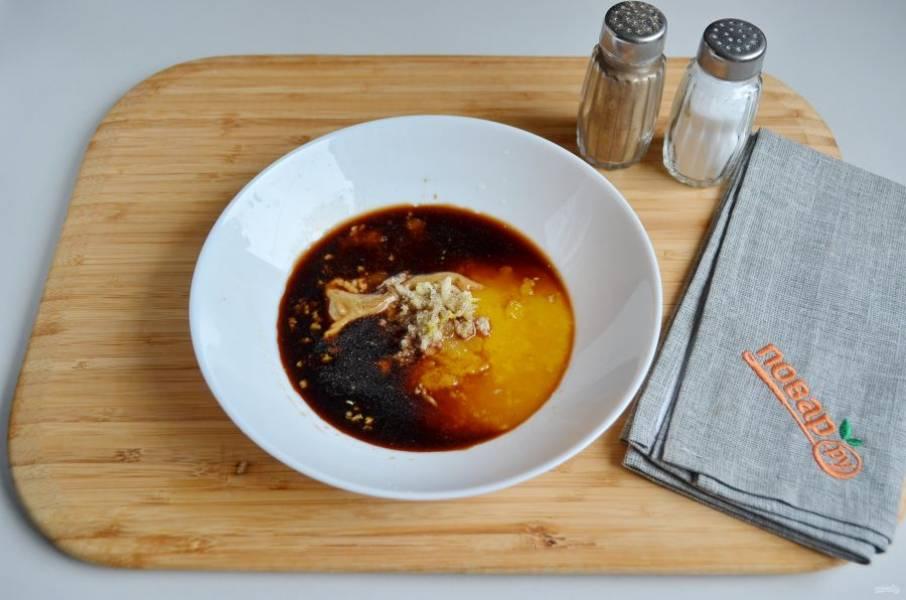 2. Приготовьте маринад: соедините мед с соевым соусом, горчицей, перцем молотым, пропущенным через пресс чесноком, соль по желанию, я не добавляю.